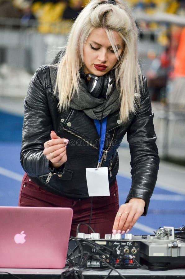 KYIV, UCRANIA - 15 de marzo de 2018: La muchacha de DJ entretiene a la audiencia foto de archivo libre de regalías
