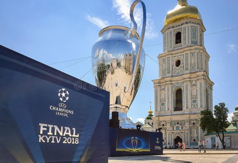 Kyiv, Ucrania - 24 de mayo de 2018 - 20 metros de alto modelo de la taza de la liga de los campeones en el cuadrado de Sophia en  fotografía de archivo