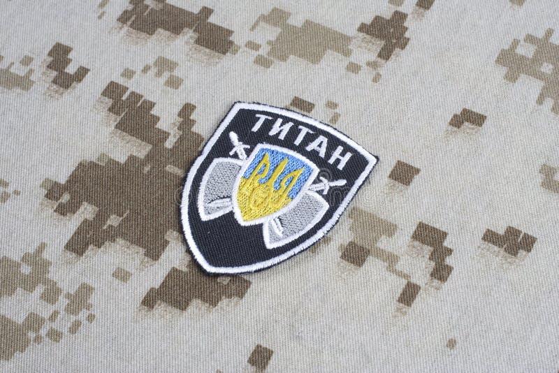 KYIV, UCRANIA - julio, 16, 2015 El ministerio de la insignia del uniforme del titán de Ucrania de los asuntos internos foto de archivo