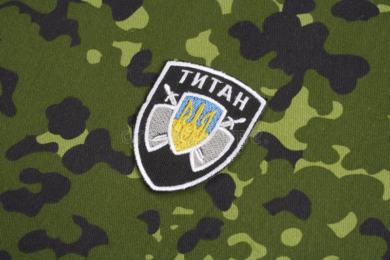 KYIV, UCRANIA - julio, 16, 2015 El ministerio de la insignia del uniforme del titán de Ucrania de los asuntos internos imagen de archivo