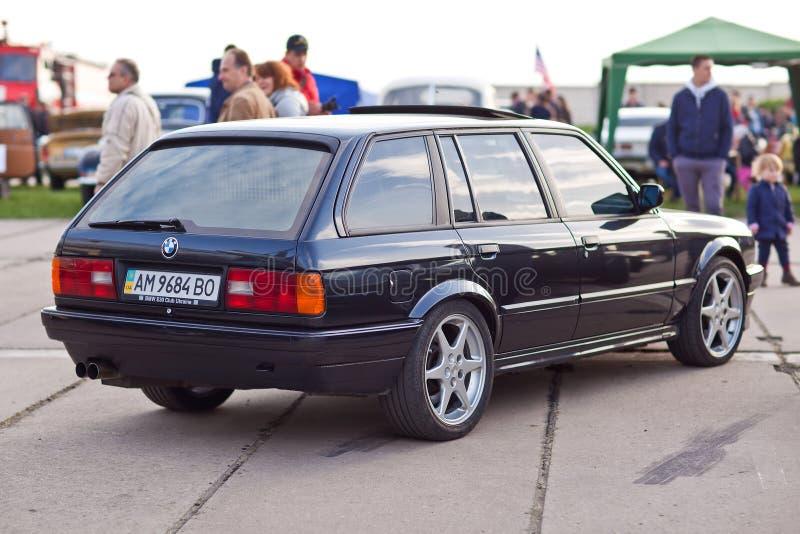 KYIV UKRAINA - April 22, 2016: Bil BMW e30 på festivalen av tappningbilar OldCarLand-2016 i Kiev Baksida för sidosikt royaltyfria bilder