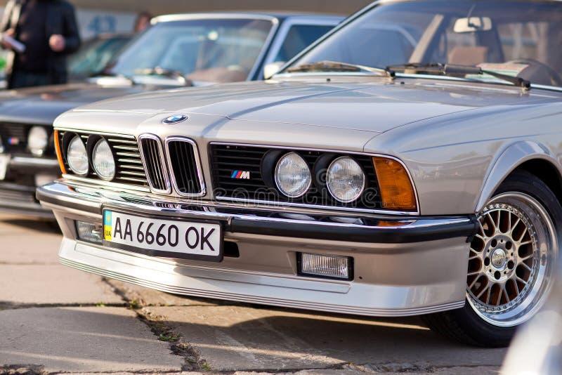 Kyiv Ukraina - 23 APRIL, 2016: BMW M6 på utställningen av gamla bilar - OldCarLand 2016 royaltyfri fotografi