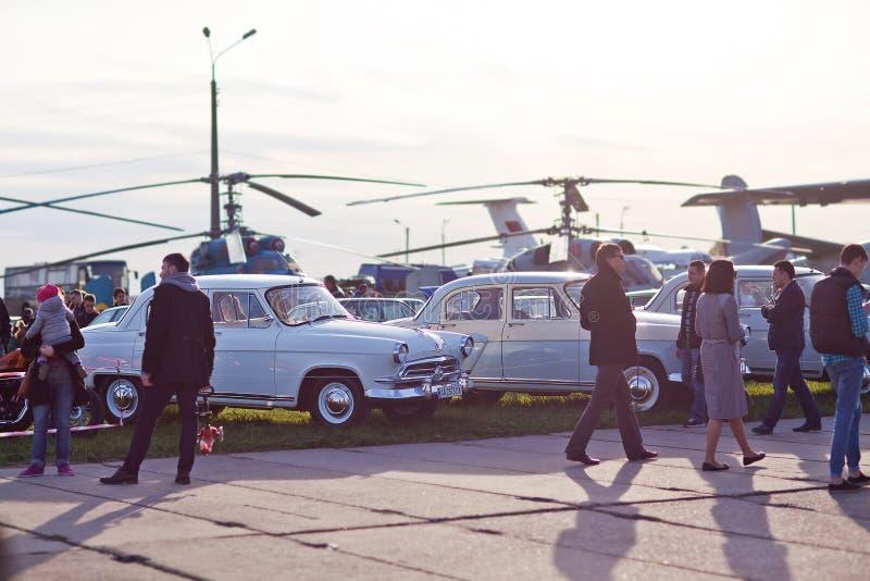 Kyiv Ukraina - 23 APRIL, 2016: Många personer, gamla bilar och helikopterutställning av gamla bilar - OldCarLand 2016 arkivfoton