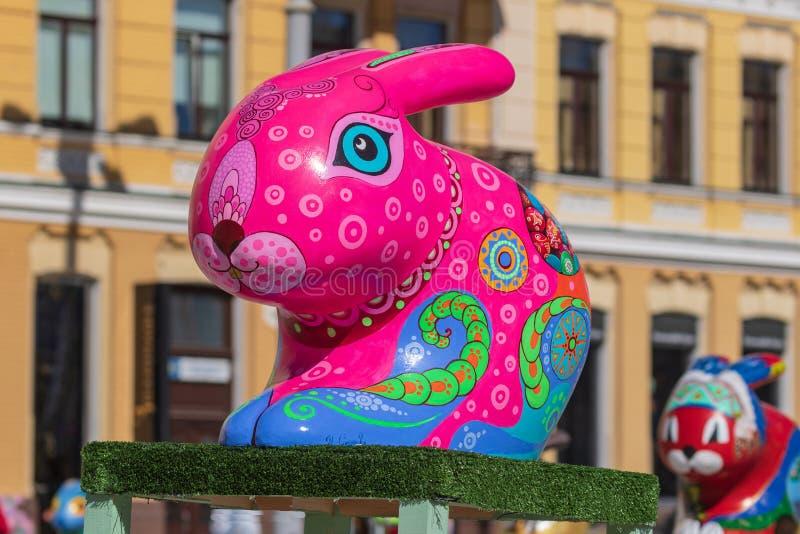 Kyiv UKRAINA - APRIL 07 2018: Påskfestivalen i Kyiv på den Sofiyvska fyrkanten Kanin för kanin för konstnärshower kulör arkivbild