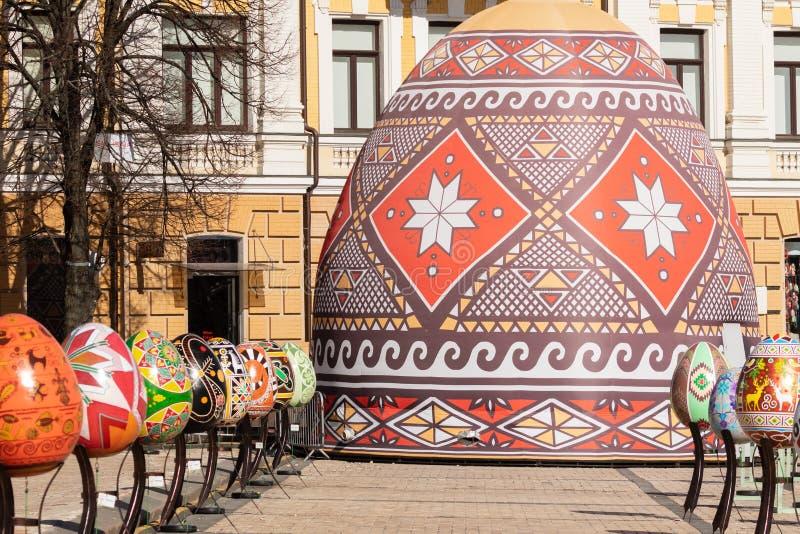 Kyiv UKRAINA - APRIL 07 2018: Påskfestivalen i Kyiv på den Sofiyvska fyrkanten Konstnärer visar målade mångfärgade påskägg fotografering för bildbyråer