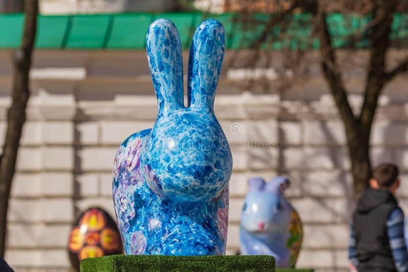 Kyiv UKRAINA - APRIL 07 2018: P?skfestivalen i Kyiv p? den Sofiyvska fyrkanten Konstn?rer visar m?lade hare och m?lad multicol fotografering för bildbyråer