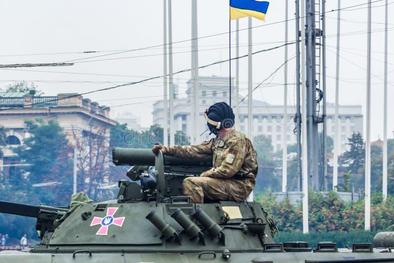 KYIV UKRAINA - AUGUSTI 24, 2016: Militären ståtar in, hängivet till självständighetsdagen av royaltyfri foto