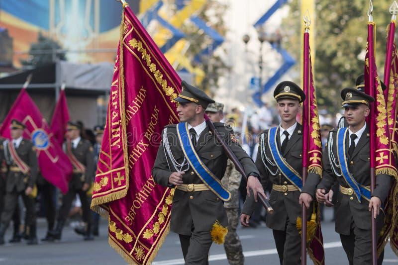 KYIV UKRAINA - AUGUSTI 24, 2016: Militären ståtar i Kyiv som är hängiven till självständighetsdagen av Ukraina Ukraina firar 25th royaltyfria foton