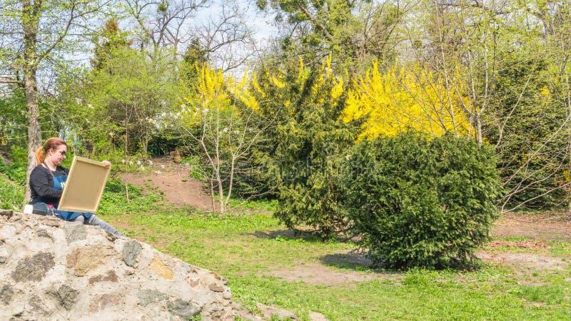 04 23 2019 - Kyiv Ukraina Botanisk tr?dg?rd i mitten av huvudstaden av Ukraina Kvinnan drar i parkerar fotografering för bildbyråer