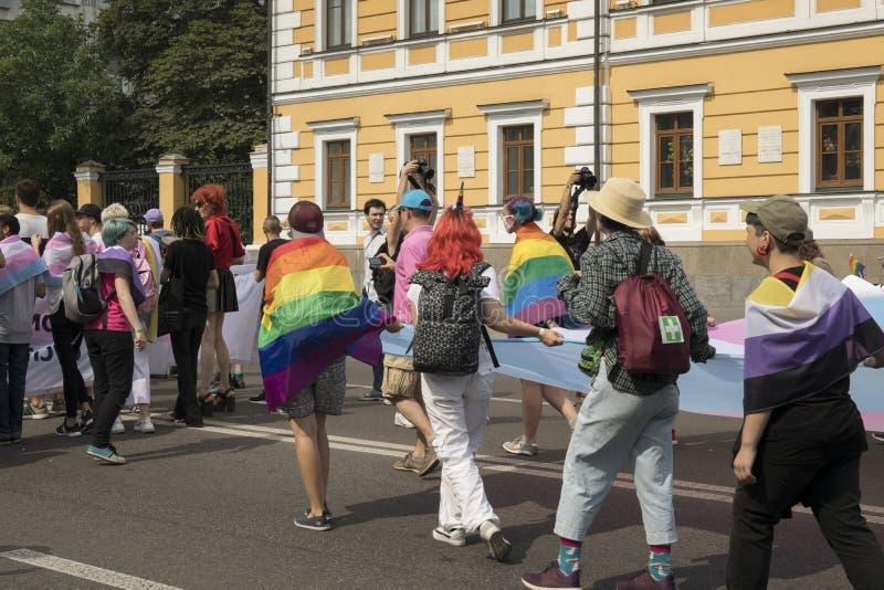 Kyiv, Ukraina Czerwiec 23, 2019 Roczna dumy parada LGBT Gay Pride parada z tęcz flagami i kolorami obrazy royalty free