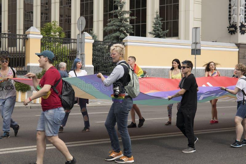 Kyiv, Ukraina Czerwiec 23, 2019 Roczna dumy parada LGBT Gay Pride parada z tęcz flagami i kolorami zdjęcia royalty free