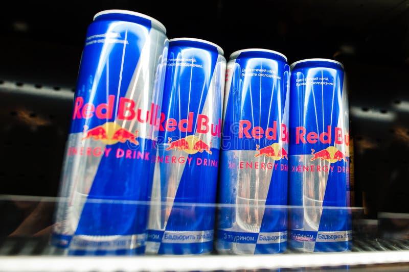 Kyiv Ukraina - December 19, 2018: Red Bull på burk på hyllor av kylen i en supermarket Red Bull är en energidrink som säljs av rö royaltyfria bilder