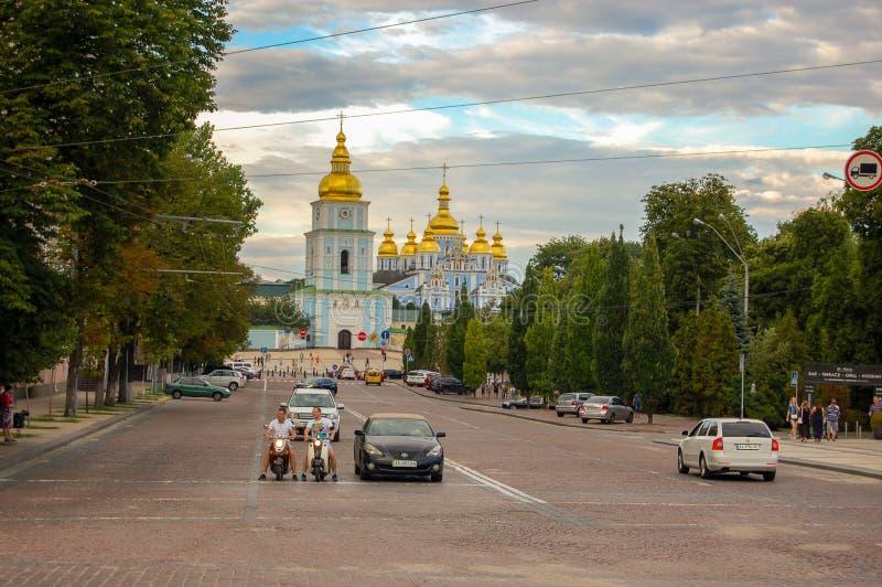 Kyiv Ukraina, 02-07-2017 Den centrala historiska delen av staden av Kiev, sikten från vägen till Sts Michael domkyrka royaltyfria foton