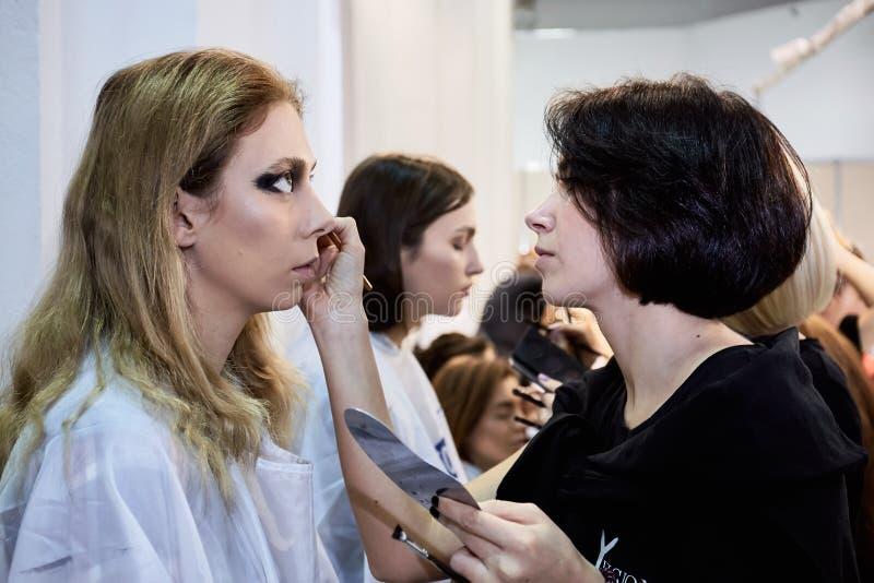 Kyiv Ukraina - Februari 7, 2017: Makeupkonstnär på arbete Backsta arkivbild