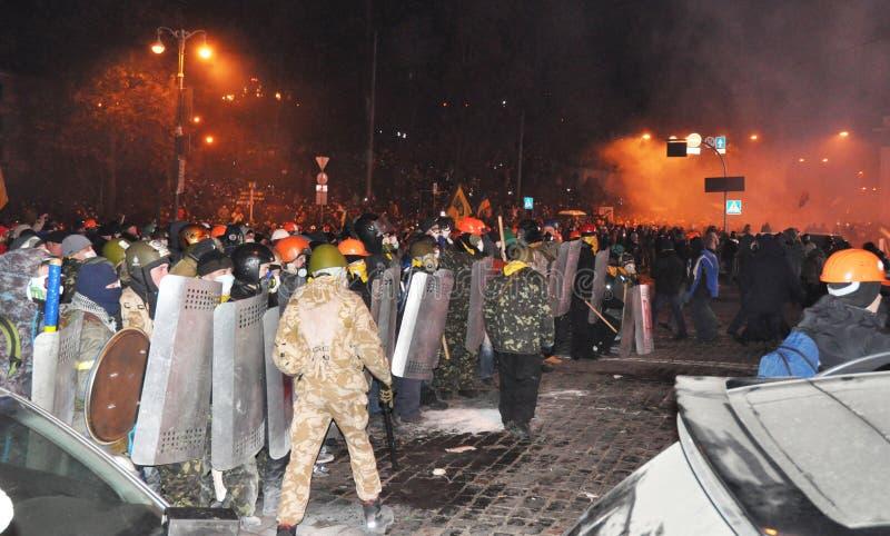 KYIV UKRAINA - Januari 19, 2017: Ukraina kris Ukraina protestbarrikader från bilgummihjul och trottoarstenen i Kyiv fotografering för bildbyråer