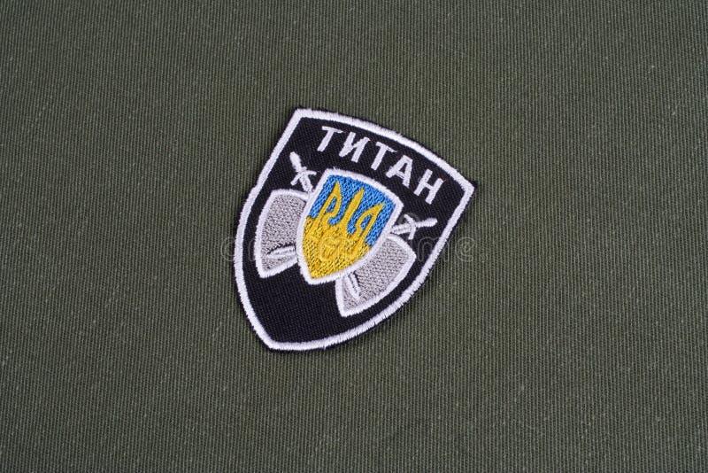 KYIV UKRAINA - Juli, 16, 2015 Departement av inrikes affärer (Ukraina) - enhetligt emblem för jätteenhet på den kamouflerade likf royaltyfri fotografi