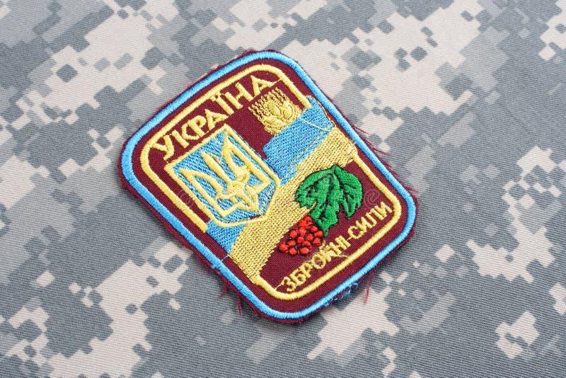 KYIV UKRAINA - Juli, 16, 2015 Enhetligt emblem för Ukraina armé arkivfoton
