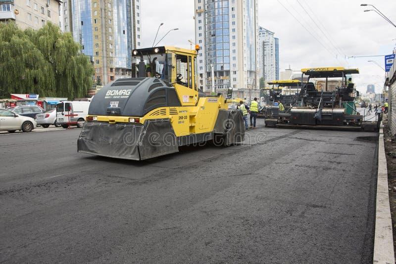 Kyiv Ukraina Juli 2016: Vägstenläggning, konstruktion arkivbilder