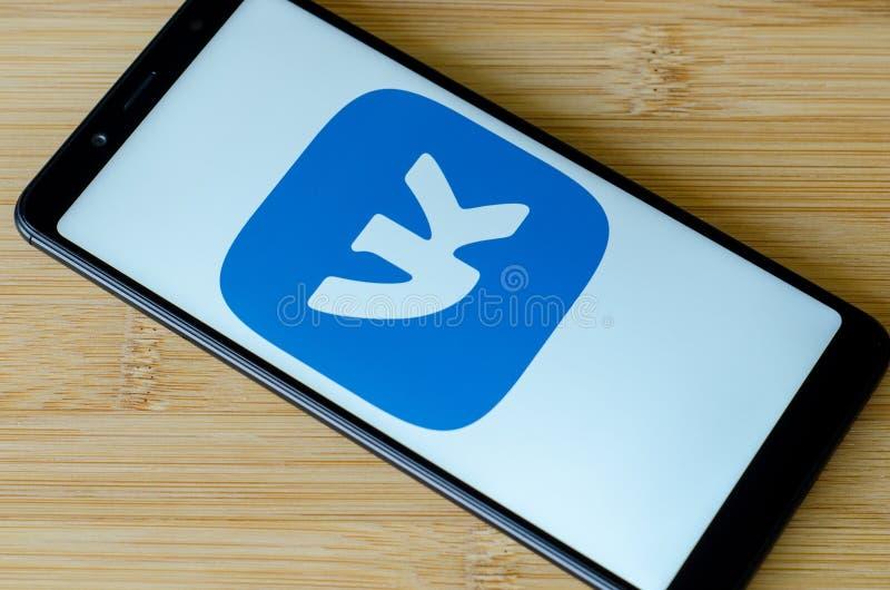 Kyiv Ukraina Juli 12, 2018: VKontakte logo på skärmXiaomi Redmi anmärkning 5 royaltyfria bilder