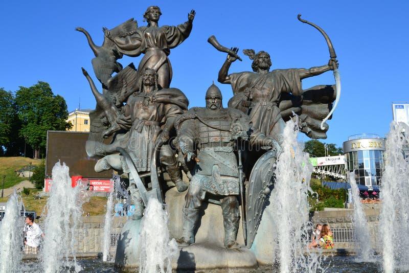 Kyiv/Ukraina - Juni 05 2011: Monument i form av en springbrunn tilldelad till Kyi, Shchek och Khoryv och deras syster Lybid royaltyfri foto