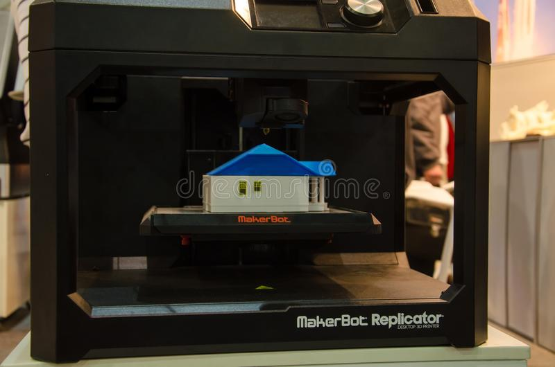 Kyiv Ukraina, Kwiecień, - 4, 2018: MakerBot Replicator Desktop 3D drukarka fotografia stock
