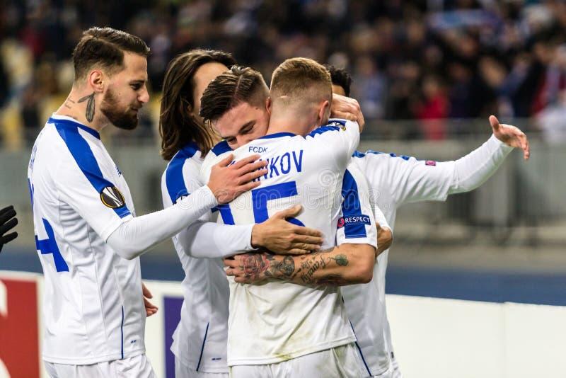 Kyiv Ukraina, Listopad, - 8, 2018: Gracze dynamo świętują zdobywający punkty cel w uefa europa league dopasowaniu przeciw Stade R zdjęcie royalty free