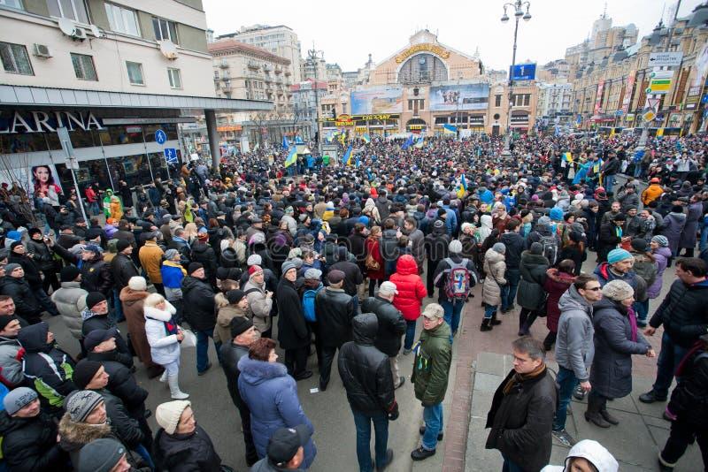 KYIV, UKRAINA: Ludzie ruchu w centrum miasto na antyrządowej demonstraci podczas proeuropejskiego protesta zdjęcie stock