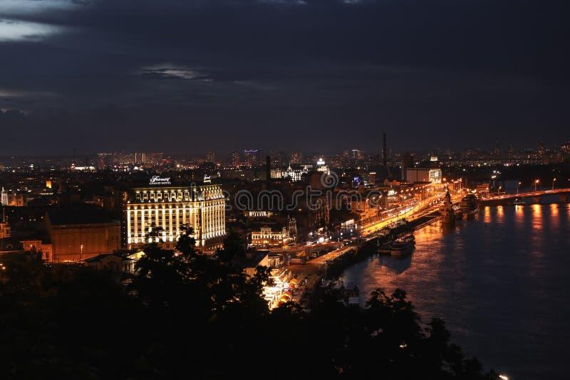 KYIV UKRAINA, MAJ, - 21, 2019: Piękny widok nocy miasto z iluminującym Fairmont Grand Hotel i inni budynki zdjęcia stock