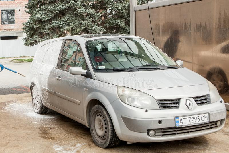 Kyiv, Ukraina Maj 15, 2019 Samochodowy obmycie z pianą w samochodowego obmycia stacji Carwash Pralka przy stacj? samochodowy poj? obrazy stock