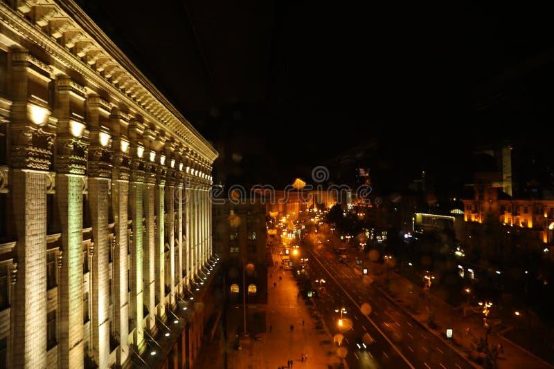 KYIV, UKRAINA - 22 MAJA 2019: PiÄ™kny widok oÅ›wietlonej ulicy Chreszczatyk z budynkiem Rady Miasta zdjęcia royalty free