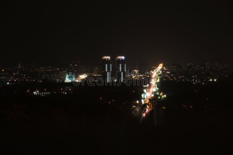 KYIV, UKRAINA - 22 MAJA 2019: Widok miasta z kompleksem mieszkalnym Soniaczna Riwiera i Metropolitan Andriej Szeptycki fotografia stock