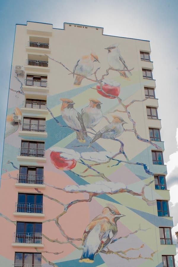 KYIV UKRAINA, MAR, - 19, 2019: ptaki na gałąź - część na dużą skalę legalni graffiti na ścianie multistory budynek obraz royalty free