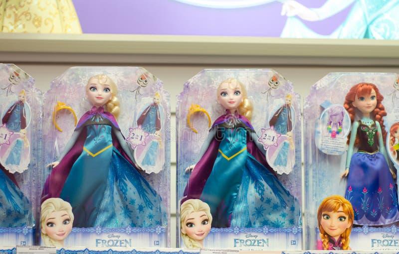 Kyiv Ukraina - mars 24, 2018: Disney prinsessa Dolls som är till salu i supermarketställningen arkivbild