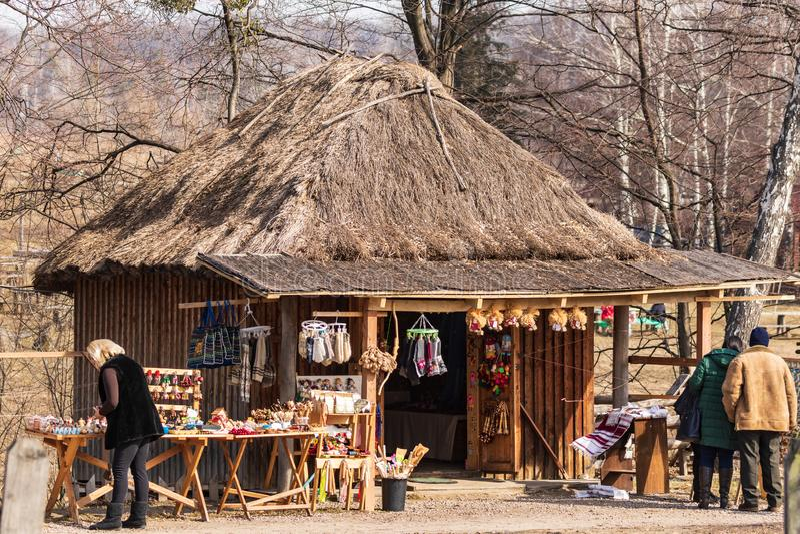 Kyiv UKRAINA - MARS 08, 2019: M?ssa av folkkonst i Pirogovo Sale av nationella handgjorda souvenir Traditionellt ukrainskt gammal arkivbilder