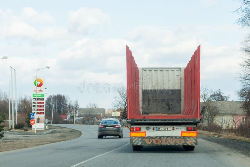 Kyiv UKRAINA mars 06, 2019: Passera lastbilen på vänden av vägen Kränkningvägmärkeomkörning som förbjudas på vägen arkivfoton