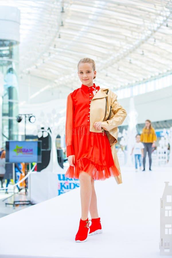 Kyiv Ukraina mars 03 2019 UKFW Ukrainska ungar danar dag Liten blond flicka som bär på den röda klänningen som poserar på podiet royaltyfria bilder
