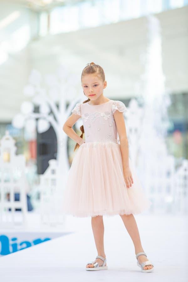 Kyiv Ukraina mars 03 2019 UKFW Ukrainska ungar danar dag Liten flicka som bär på den pastellfärgade klänningen royaltyfri bild
