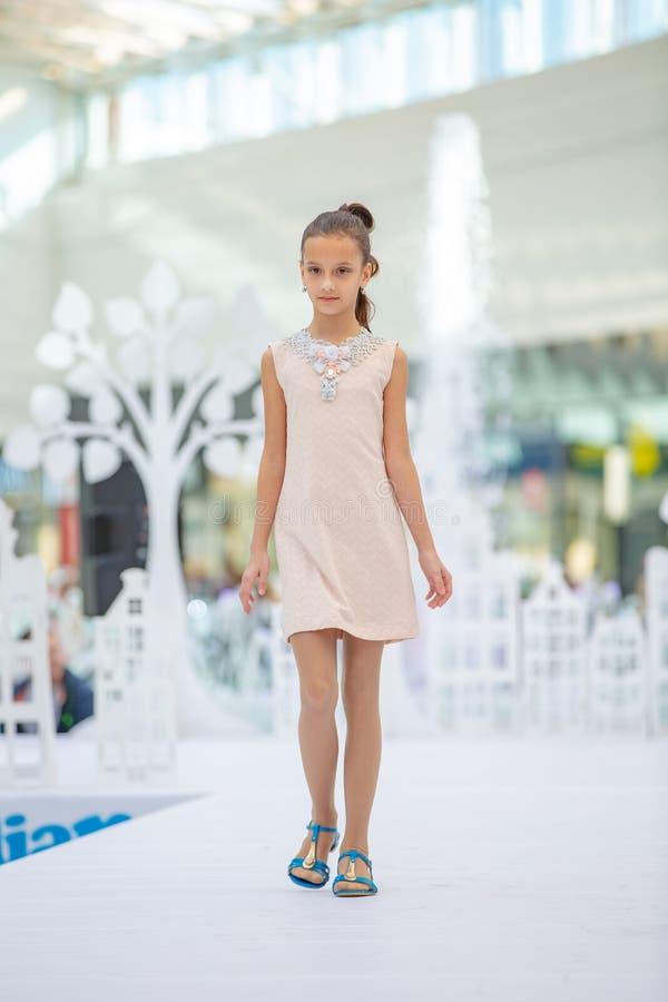 Kyiv Ukraina mars 03 2019 UKFW Ukrainska ungar danar dag Liten flickamodell weared på den pastellfärgade klänningen som poserar p royaltyfri fotografi
