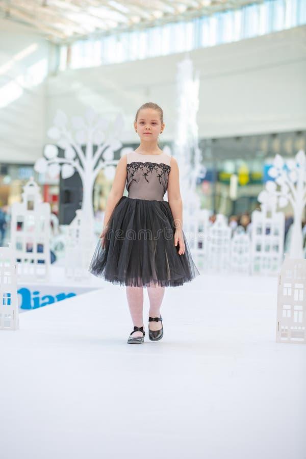 Kyiv Ukraina mars 03 2019 UKFW Ukrainska ungar danar dag Liten flickamodell weared på den svarta klänningen som poserar på podiet arkivbild