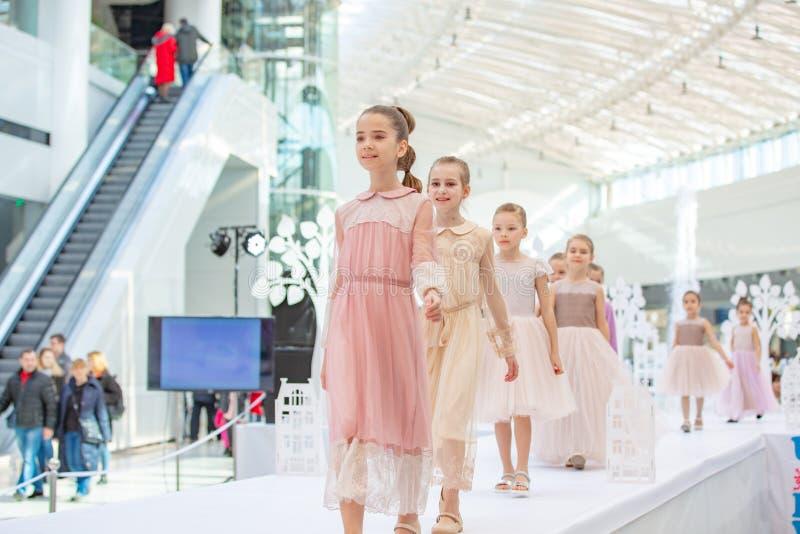 Kyiv Ukraina mars 03 2019 UKFW Ukrainska ungar danar dag små modellflickor befläcker på podiet på modeshowen royaltyfri bild