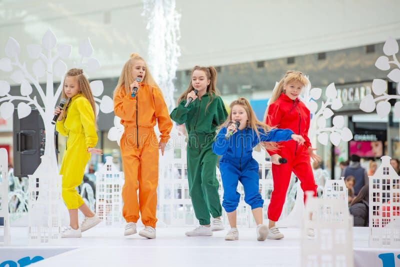 Kyiv, Ukraina Marzec 03 2019 UKFW Ukraiński dzieciak mody dzień Grupa małe dziewczynki śpiewa lub wykonuje na scenie obraz stock