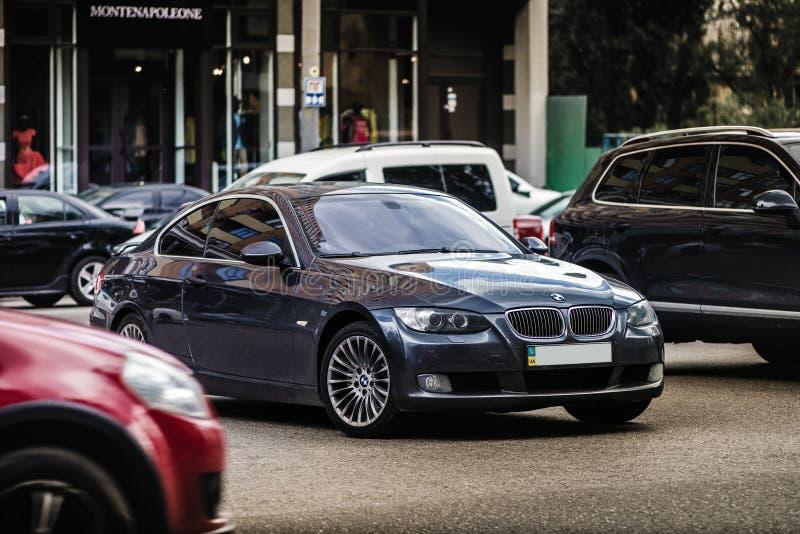 Kyiv Ukraina - May 18th, 2016: Grå motorisk bil BMW E92 M3 på gatan arkivfoton