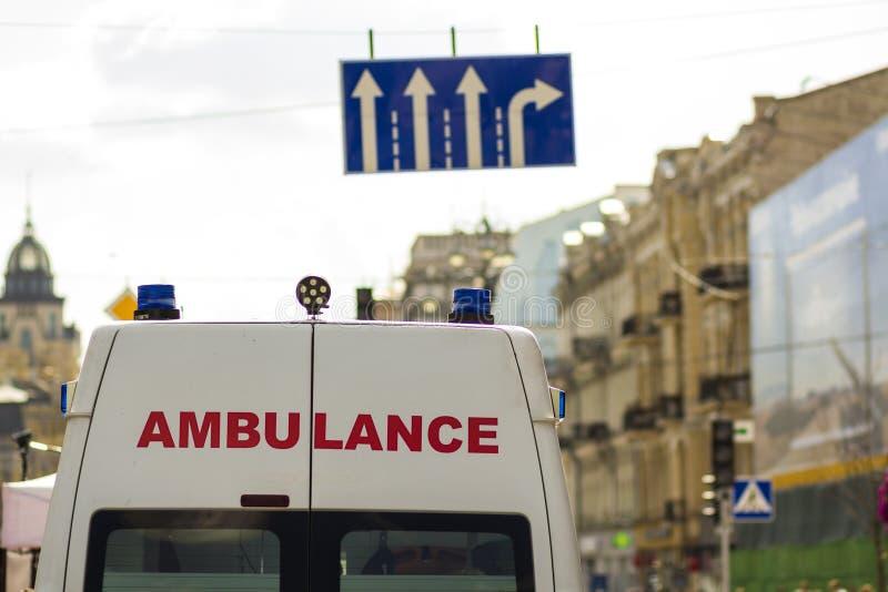 Kyiv Ukraina - November 14, 2017: Ambulansskåpbil på gatanollan arkivfoto