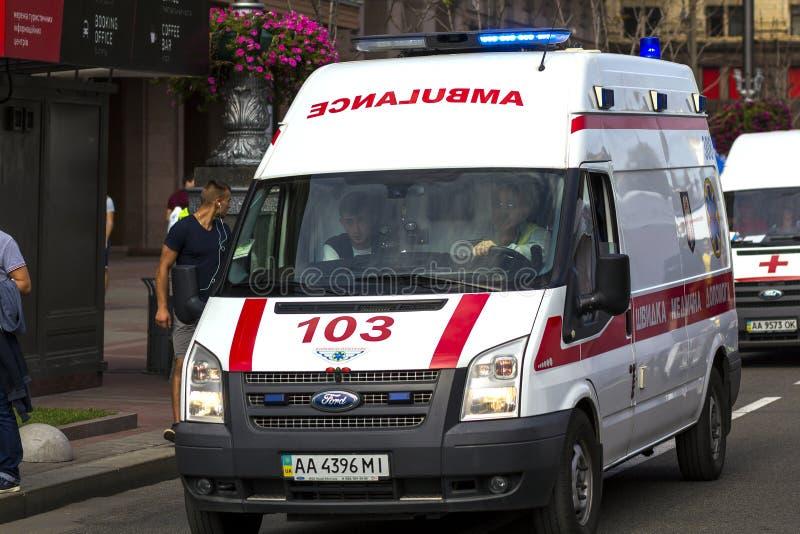 Kyiv Ukraina - November 14, 2017: Ambulansskåpbil på gatanollan royaltyfria bilder