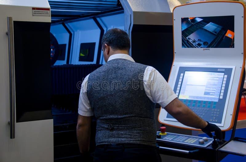 Kyiv Ukraina - November 22, 2018: Arbete på maskinen för klipp för FIBERMAK-fiberlaser royaltyfri bild