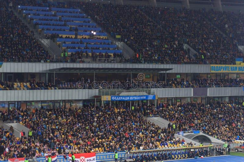KYIV UKRAINA - OKTOBER 9, 2017: Fans av landslaget av Ukraina under kvalifikationen 2018 för matchFIFA världscup royaltyfria foton