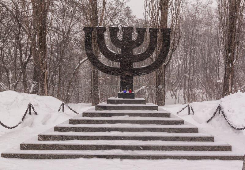 KYIV, UKRAINA: Pamiątkowy Menorah w Babi Yar zdjęcie royalty free