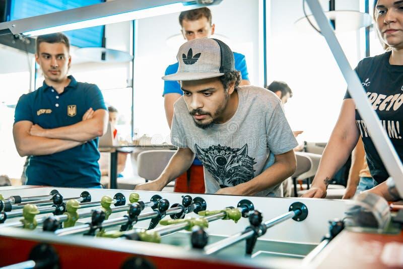 KYIV, UKRAINA, prętowy liga dotacje KickerKicker 10 2018 Czerwiec Aktywni mężczyzna i kobiety zabawę podczas stołowego meczu piłk obrazy stock