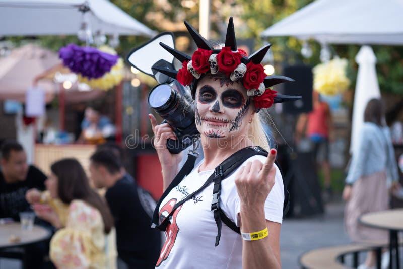 Kyiv Ukraina, Santa Muerte Carnival, 20 07 2019 Dia de Los Muertos dag av d?daen halloween stående av kvinnan med arkivfoton
