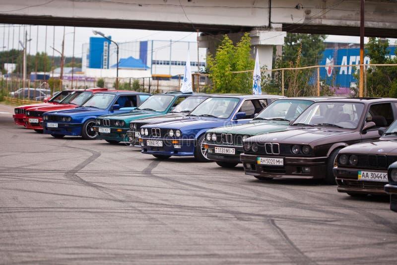 KYIV UKRAINA, Sierpień, - 7, 2017: BMW e30 stojak w uszeregowaniu przy wystawą fotografia royalty free